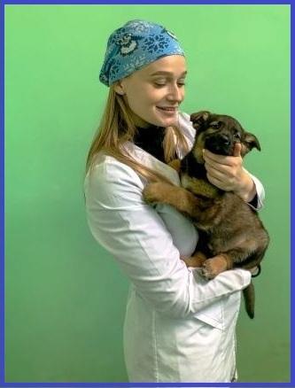 Девушка в   медицинском халате со щенком